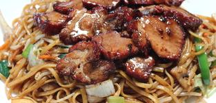 25. bamigoreng met geroosterd varkensvlees