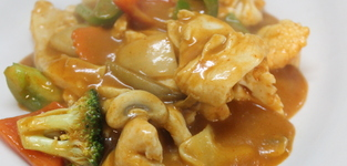 32. Kip in rode Thaise currysaus
